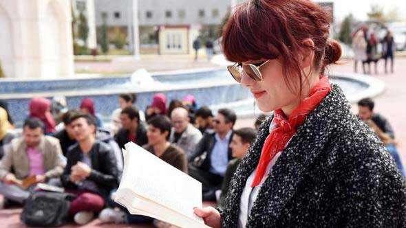 AKÜ öğrencileri birlikte kitap okudu