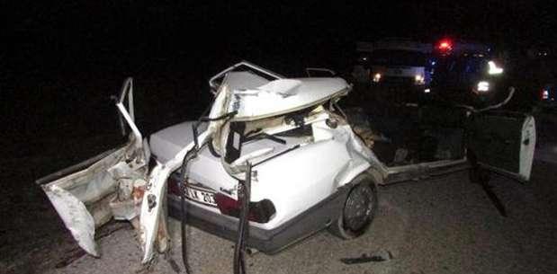 Traktör römorkuna çarpan otomobilde 2 ölü, 2 yaralı