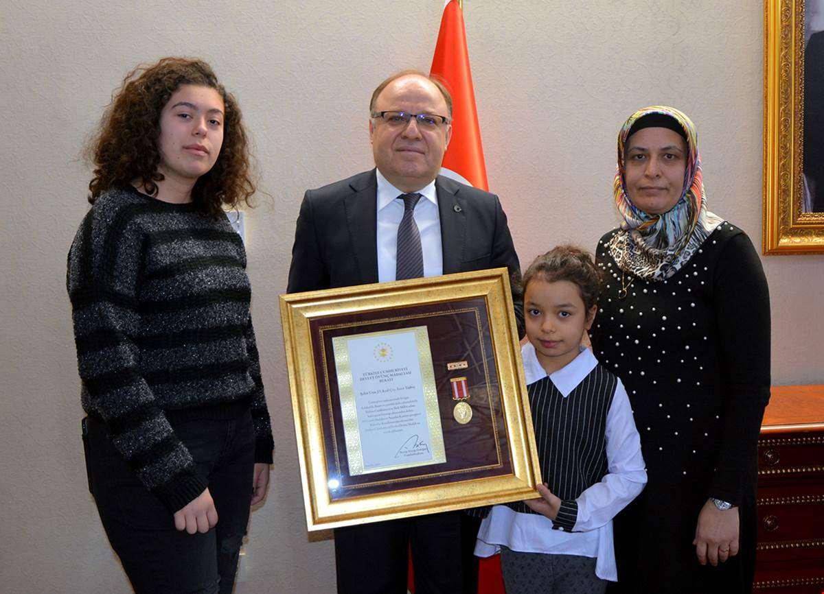 Vali Tutulmaz'dan şehit ailesine Devlet Övünç Madalyası