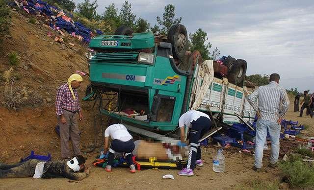 Tarım işçilerini taşıyan kamyon uçuruma yuvarlandı: 1 ölü, 6 yaralı