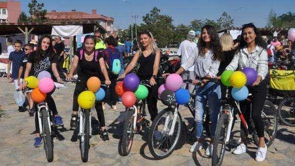 Afyonkarahisar'da süslü kadınlar pedal çevirdi