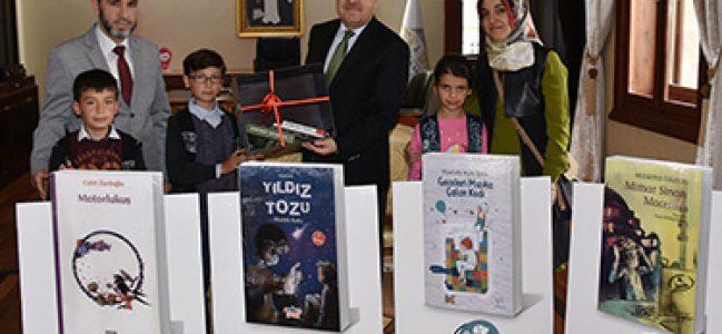 Işıklar Balı Sultan İlkokulu Müdürü Abdullah Baydur ve Beraberindekiler Vali Mustafa Tutulmaz'ı ziyaret etti