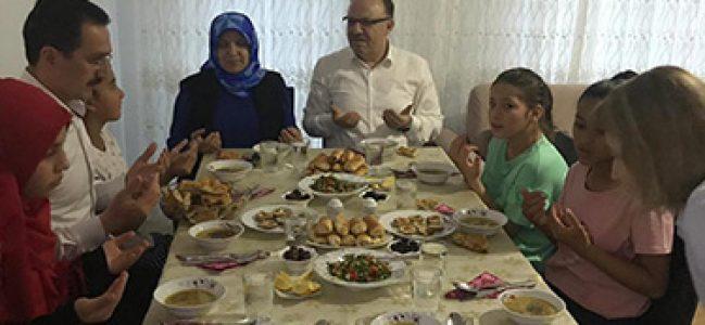 Vali Mustafa Tutulmaz Kocatepe Çocuk Evi'nde İftar Yaptı