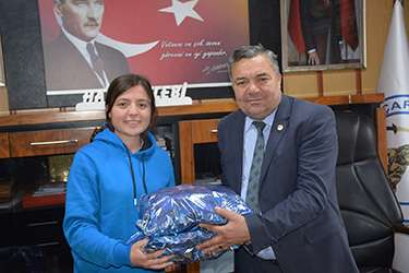 Başkan Çelebi, Sultan Ayvalı'yı ödüllendirdi
