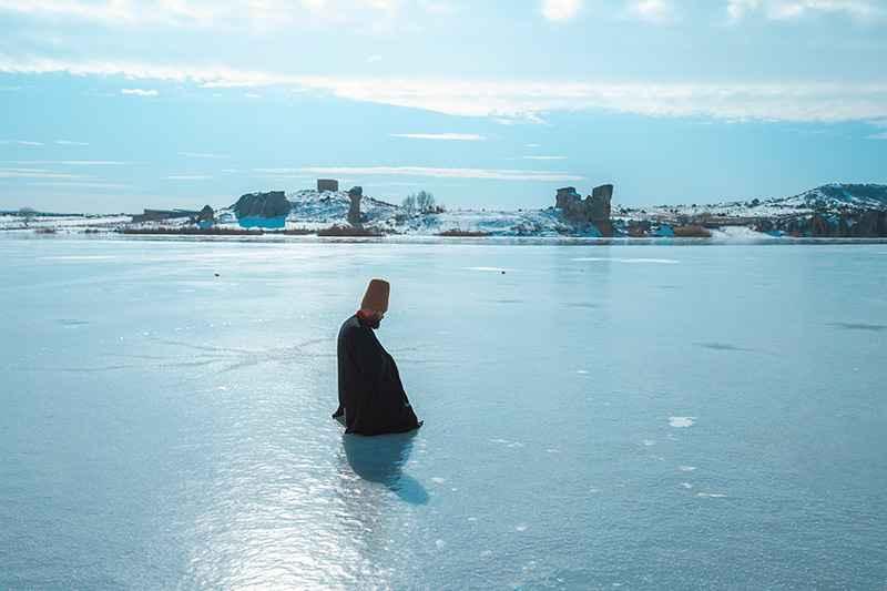 Buz tutan gölün üzerinde sema gösterisi yaptı