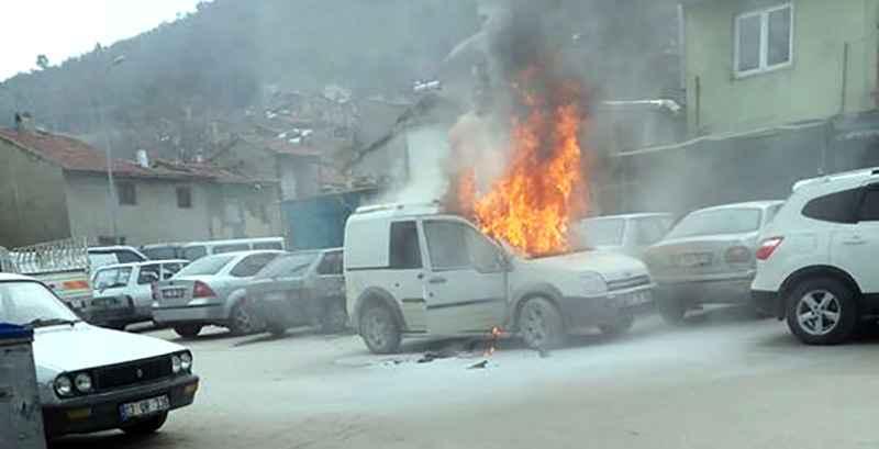 Afyonkarahisa'da park halindeki hafif ticari araç yandı