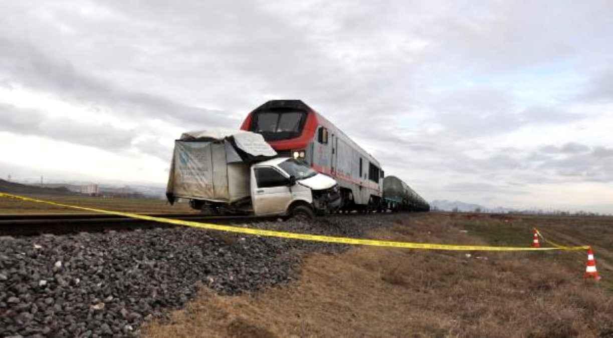 Hemzemin geçitte trenle çarpışan kamyonetin sürücüsü öldü