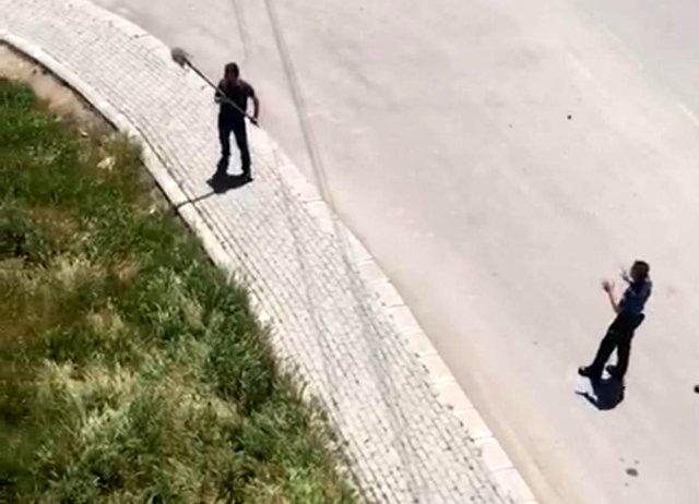 Polise kürekle saldırdı