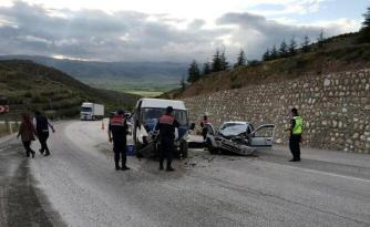 Tarım işçilerini taşıyan minibüsle otomobil çarpıştı: 2 ölü, 8 yaralı
