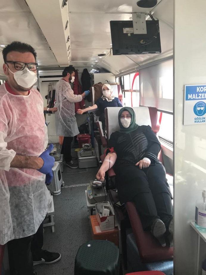 AK Kadınlardan stokları azalan Kızılay'a kan bağışı