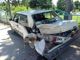 Kontrolden çıkan kamyonet park halindeki otomobile çarparak durabildi