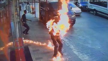 Kavga ettiği kardeşini yaktı